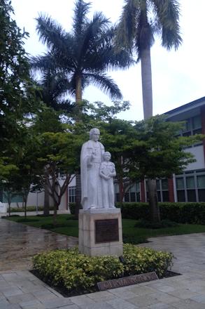 Monumento a San Marcelino Champagnat en el Colegio de los HH Maristas de Miami