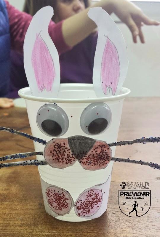 diy conejo con vaso de plástico
