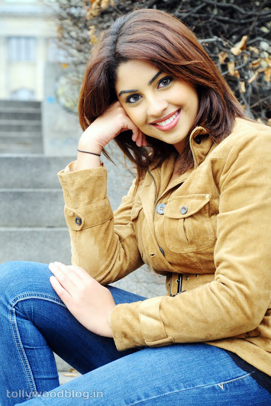 Richa Gangopadhyay Hot Photos in Jeans wallpapers