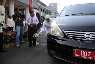 walikota surabaya menerima mobil CSR