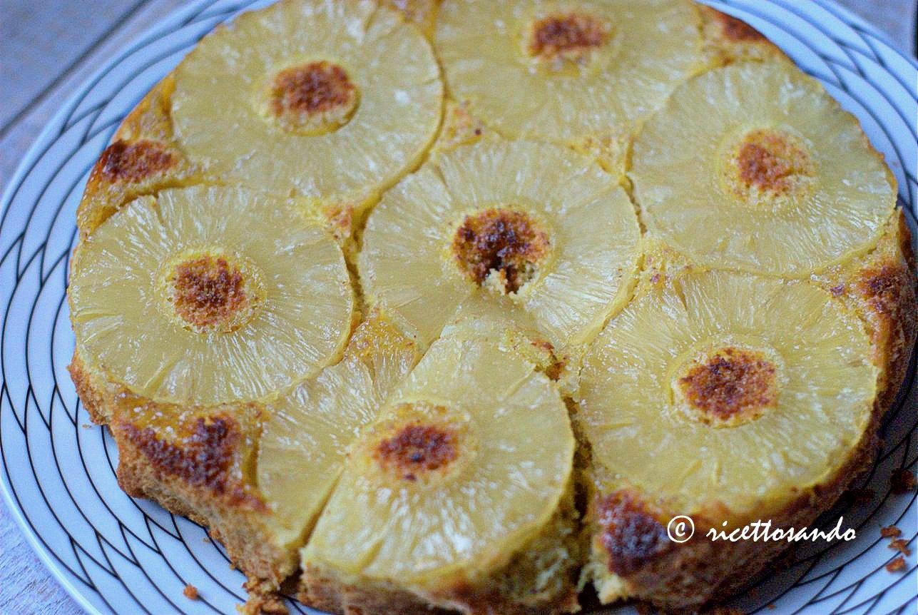 la torta all'ananas rovesciata dopo averla fatta raffreddare