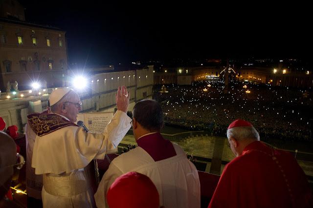 Tłumy wiernych w Rzymie - papież Franciszek pozdrawia