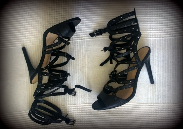 Sandalias negras tiras tacón