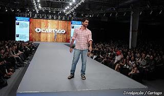 Os pés masculinos do ator Eriberto Leão usando chinelos Cartago