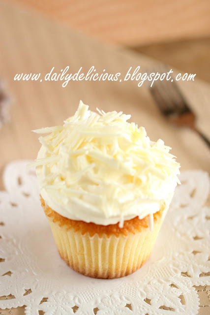 White chocolate and Macadamia Cupcakes: Let's enjoy the happy moment ...