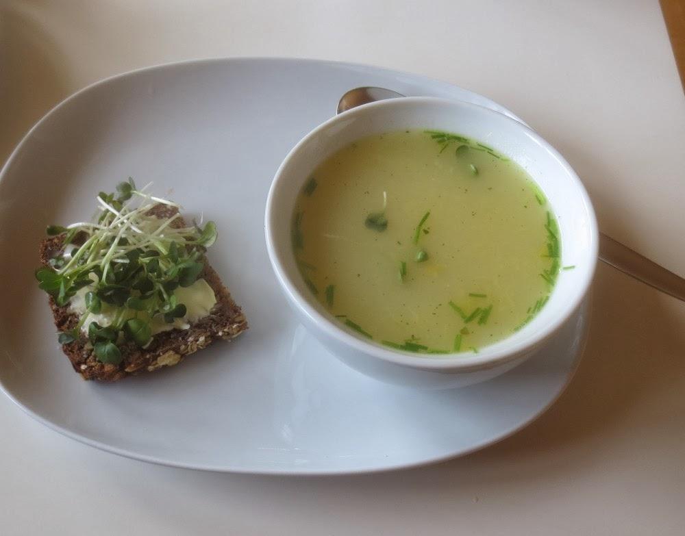 Heiße Brühe mit Ei, Schnittlauch und Sprossen-Brot