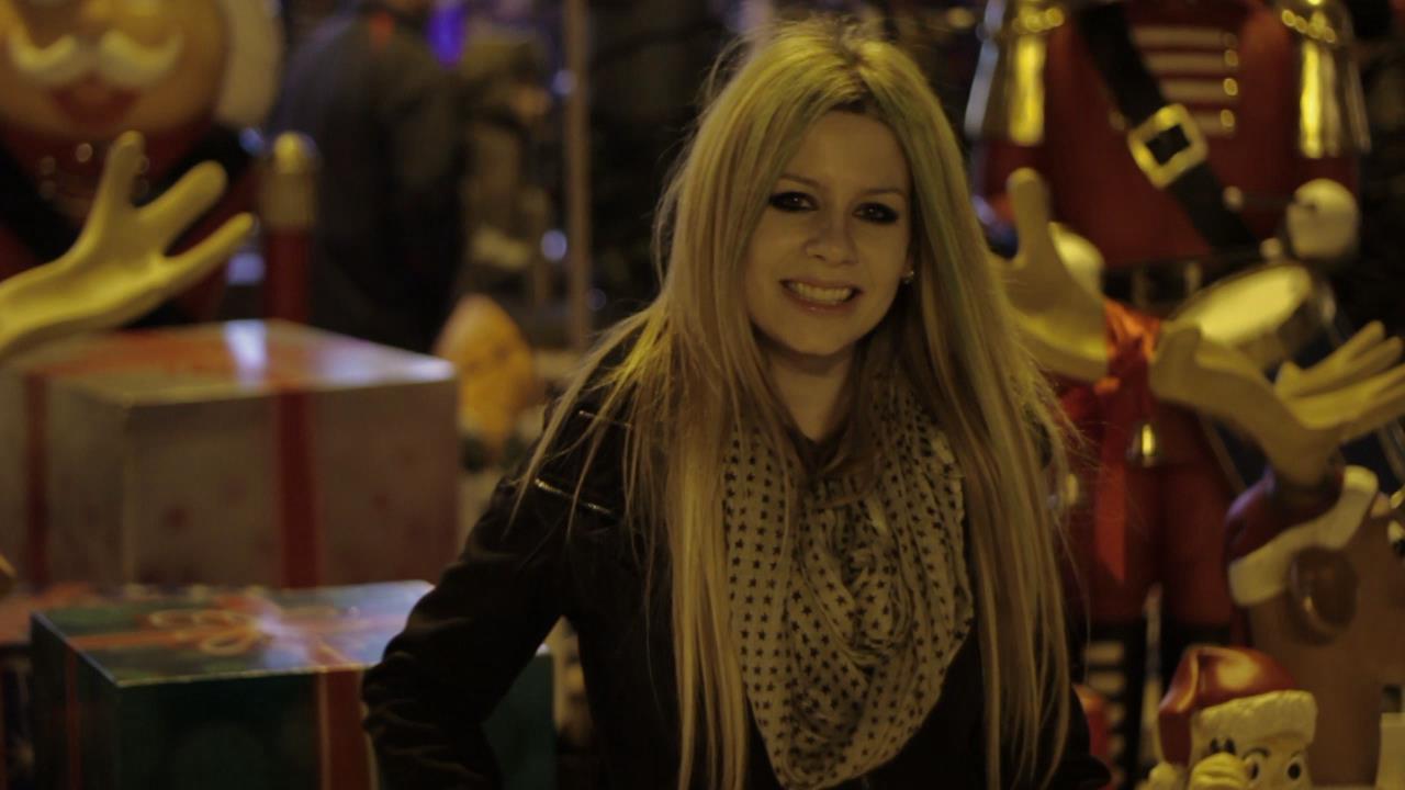 Professora de canto confunde fãs de Avril Lavigne após incrível similaridade na aparência e voz; confira