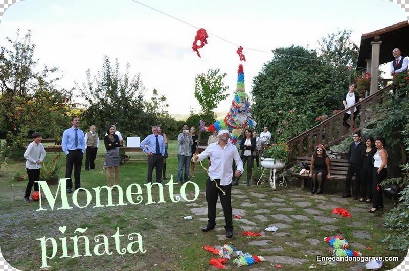 Golpeando la piñata en la boda, enredandonogaraxe.com