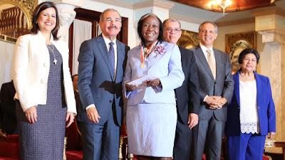 Danilo Medina entrega Medalla al Mérito Magisterial en el Día del Maestro