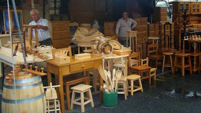 Bancada na feira de trabalhos em madeira