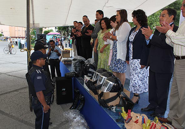 Entregan equipamiento a policías de Cholula