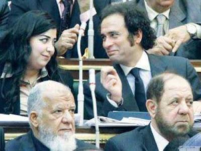 الشائعات تطارد عمرو حمزاوي وأصغر