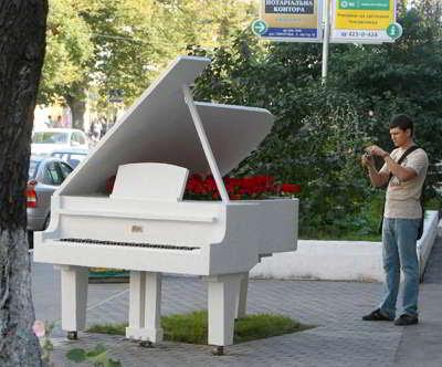 Фото Укринформ: рояль в кустах