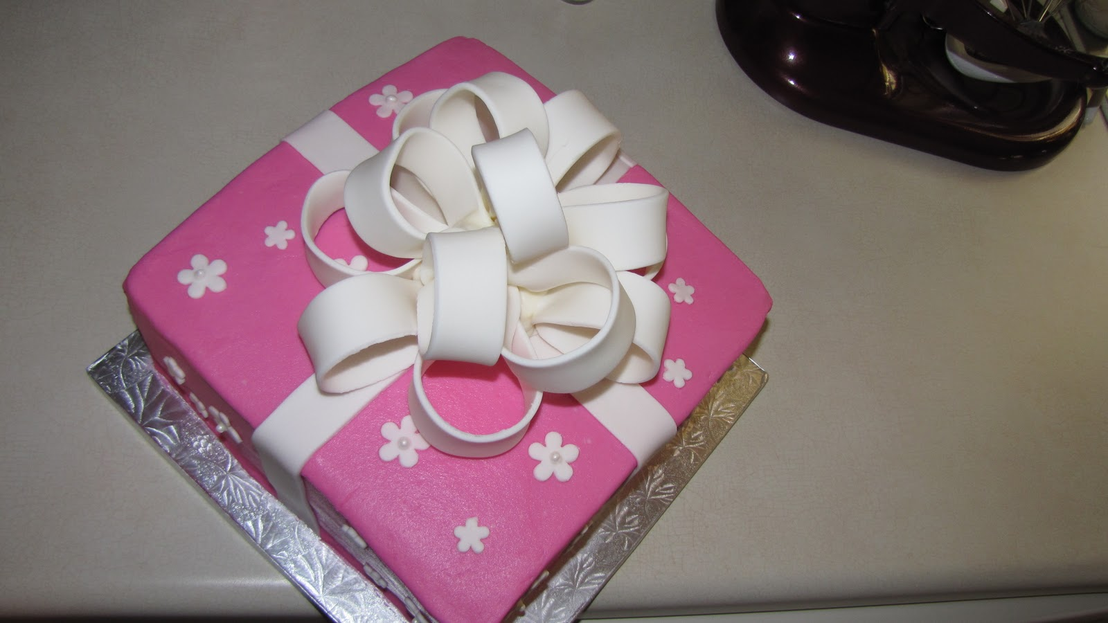 Cake Decorating Tips And Tricks For Beginners : Decorating Tips, Tricks, and Ideas: Pink Gift Cake