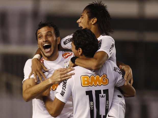 Santos vence Vélez e enfrenta Corinthians na semi-final