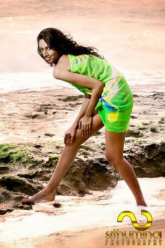 Amanda Silva beach legs show
