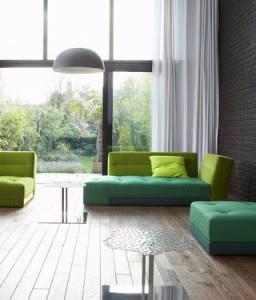 sala con toques verdes