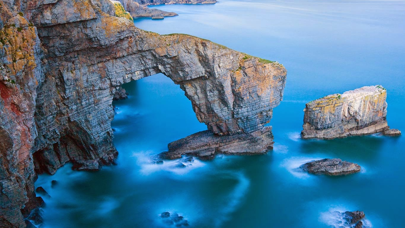 Green Bridge of Wales in Pembrokeshire Coast National Park, Wales (© Billy Stock/Corbis) 572