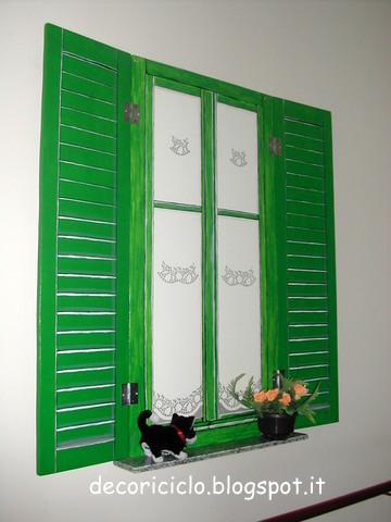 Decoriciclo finestra finta con persiane finte ma mobili for Disegno finestra con persiane