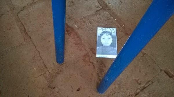 Santinhos do candidato sujam o chão...