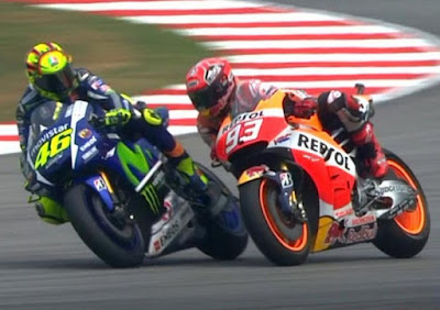 Cerita Baru Rossi! Sebelum Jatuh, Tangan Marquez Menyentuh?
