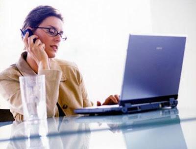 النساء ينقبن عن عيوبهن في العمل أكثر من الرجال - امرأة تتحدث فى التليفون الجوال الموبايل فى المكتب العمل - busy woman talking on the phone in office work