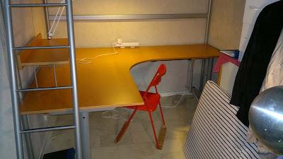 IKEA Effektiv skrivbord. Mått ca 160x200 cm, kan minnas fel. Ska ta mått och återkomma.