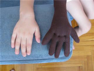 рука ребенка и куклы сравнение