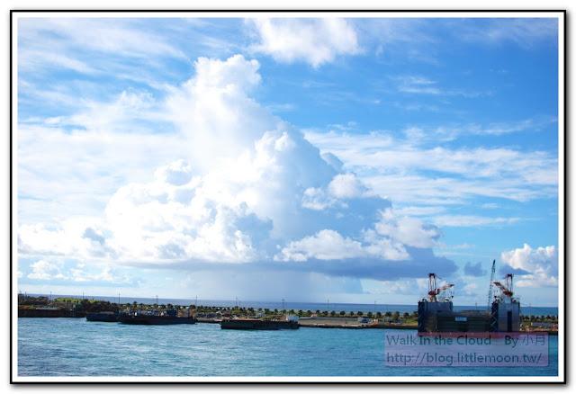 美麗的藍天白雲與海岸