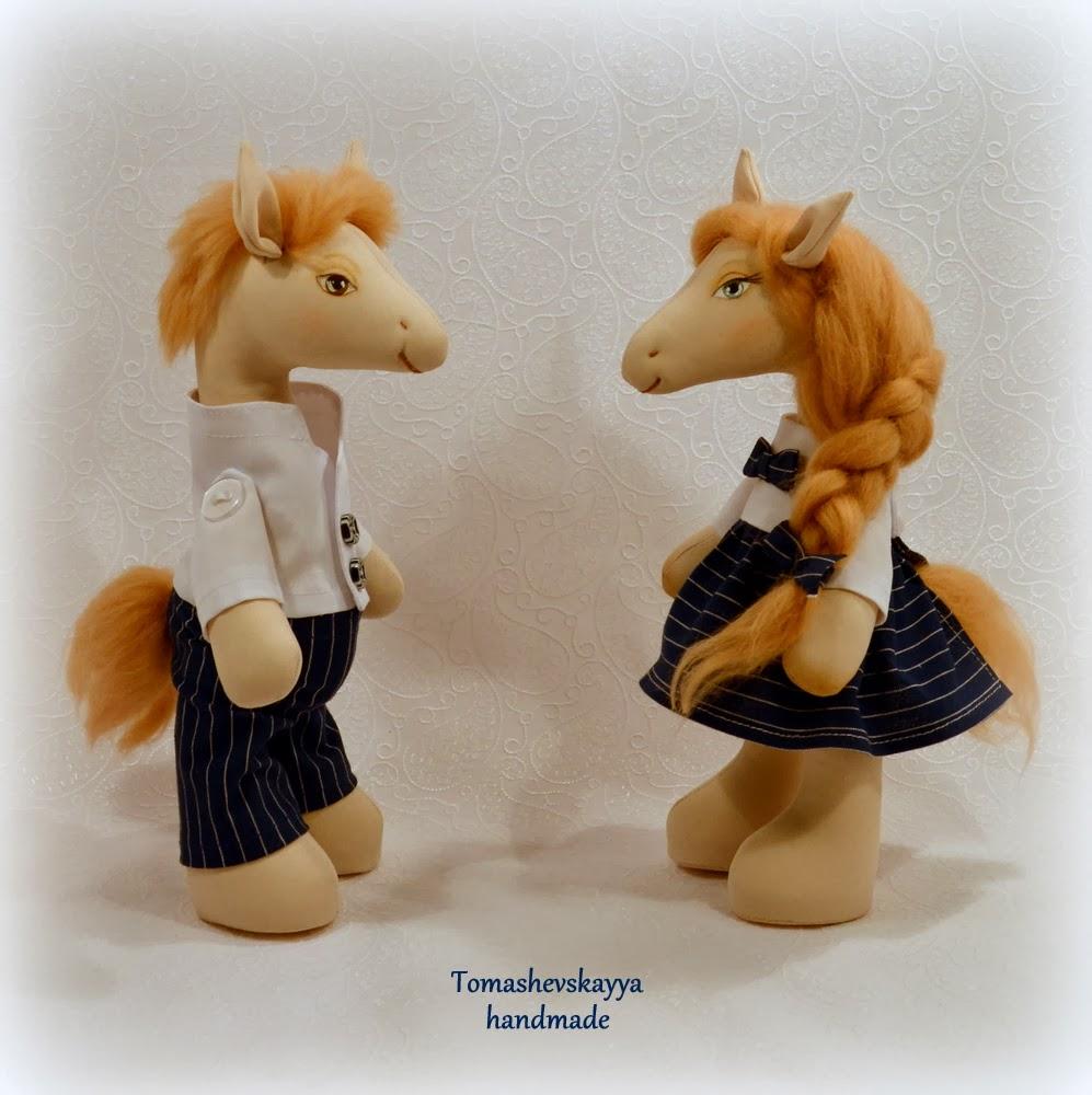Лошадки текстильные. Парочка лошадок. Влюбленные лошадки. Картинка лошадки.