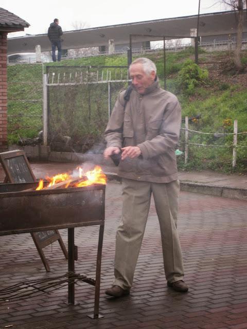 морж Анатолий Тимофеев у костра