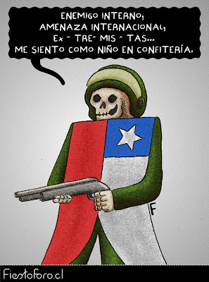 Un paco calavérico y armado está muy contento. En su cuerpo tiene la bandera chilena.