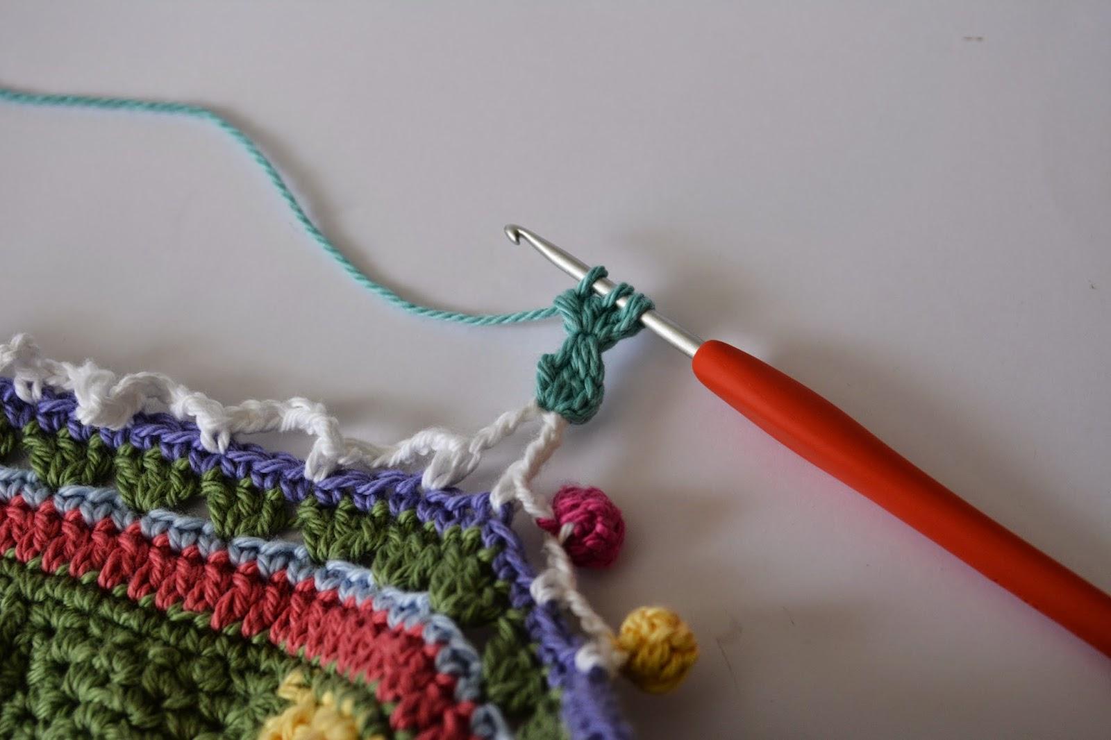 Вязать нитками с помпонами