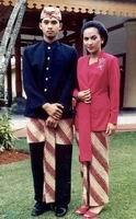 Jawa Barat memiliki pakaian adat yang berbeda untuk laki-laki dan