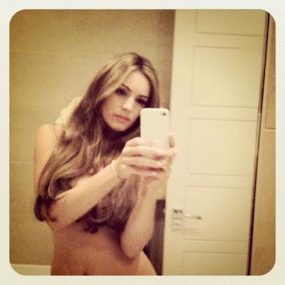rubia kelly brooke foto frente al espejo desnuda