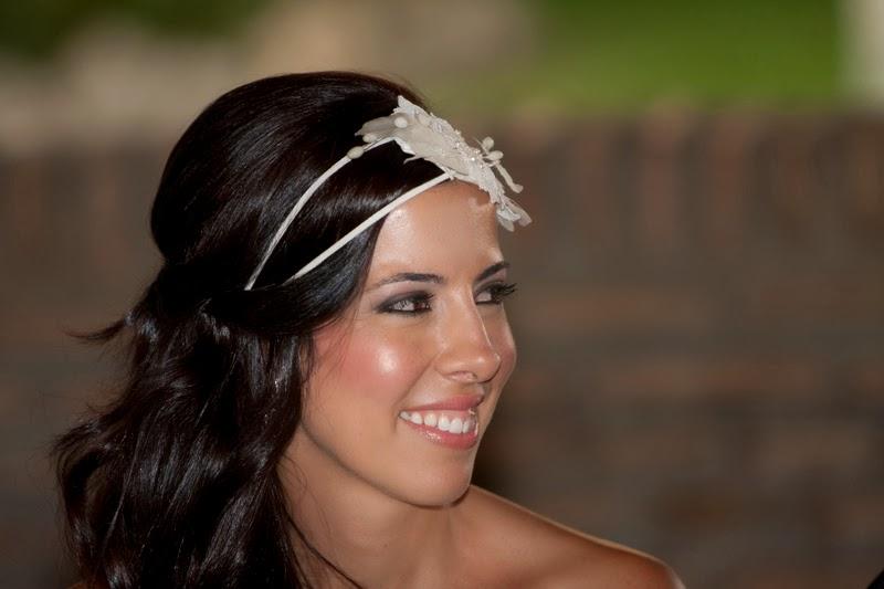 Tocado para novia estilo años 20 con flores de cera, azahar, encaje y doble cinta