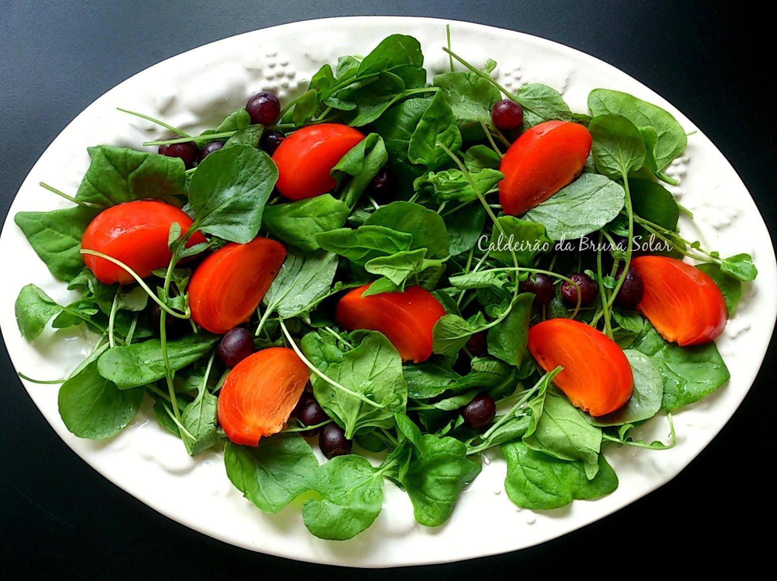 Salada de espinafre, agrião, caqui e uva