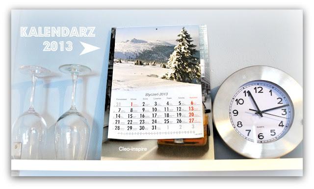 kalendarz w kuchni na półce