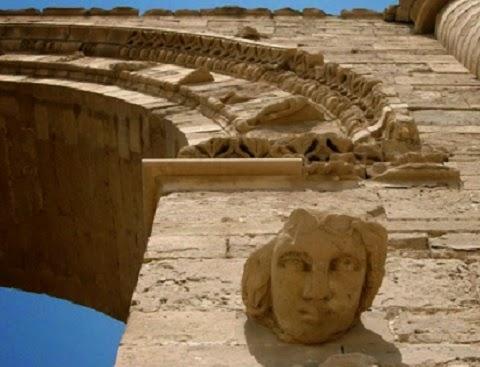 """Além de destruir estátuas por alegarem ser """"falsos deuses"""", grupo também furta peças para vender no mercado negro."""