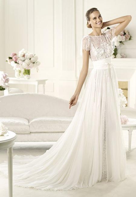 Сватбена рокля с къси ръкави и флорална апликация