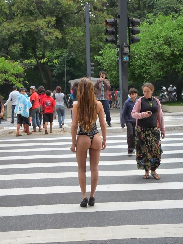 Sey Protesta S De Lingerie Em Frente Ao Museu Arte Sp