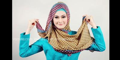 Cara Memakai Jilbab  kerudung Kreasi Cantik Segi Empat Motif Tartan Modern