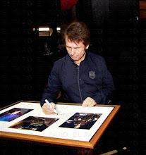 Raphael firmando un cuadro con tres instantáneas