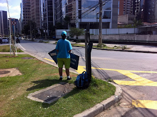 Example of people carrying advertising in São Paulo