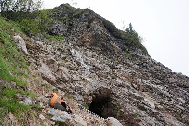 les deux entrées de la mine des Argentières sur la montagne de Pormenaz