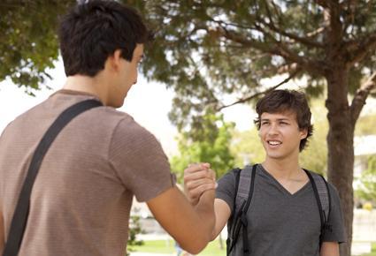 سبعة أمور يحب الرجال الكلام عنها  - شباب - رجال اصدقاء - الصداقة