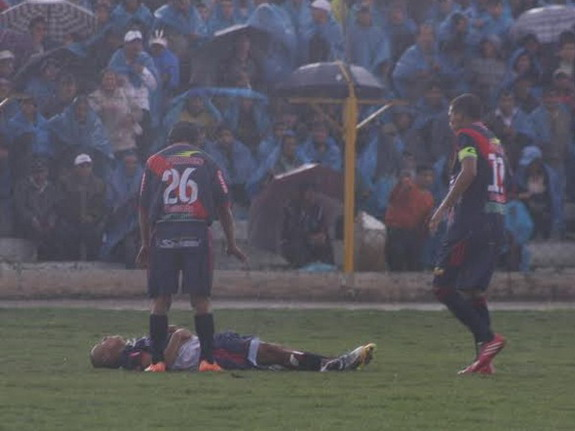 Sport Águila player Joao Contreras injured after being struck by lightning during match