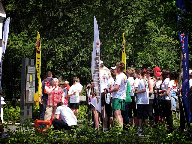 Przygotowania do startu marszu Nordic Walking