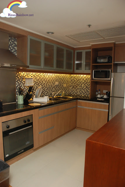 Discovery Suite Ortigas kitchen