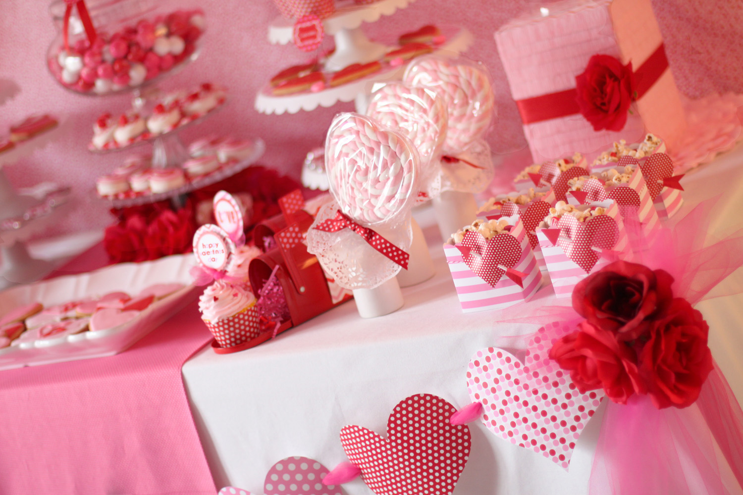 Amanda 39 s parties to go valentines party table ideas for Table design for valentines day